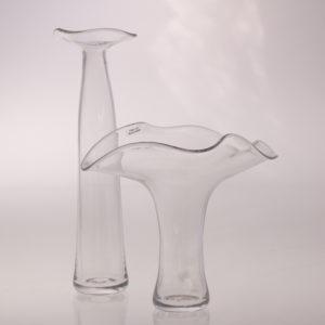 Vasen som ger brudbuketten ett bra och nästan osynligt stöd för blommorna och passar in för handens grepp.